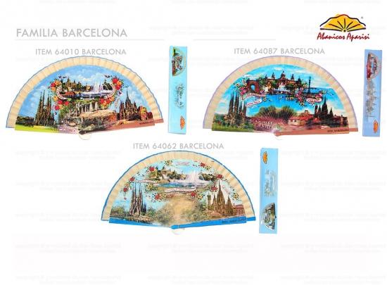 64087 - Abanico de madera Barcelona viene con caja individual con el mismo motivo.